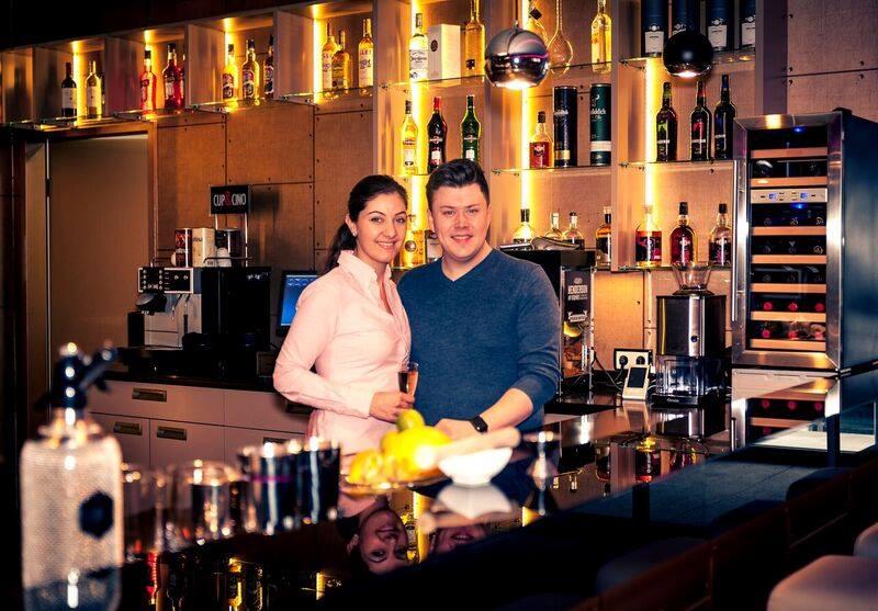 Location mieten Paderborn. Vaan Lounge Besitzer Andreas Spreier mit seiner Ehefrau.