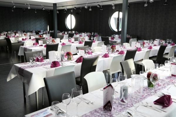 Partylocation in Paderborn mit Einrichtung in weiß-rosa.