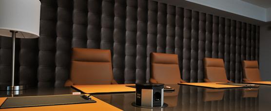 Edler Konferenzraum zu mieten mit Ledersessel im High-Tech Design