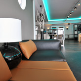 Vaan Lounge Titelseite Ledersofa im Atrium